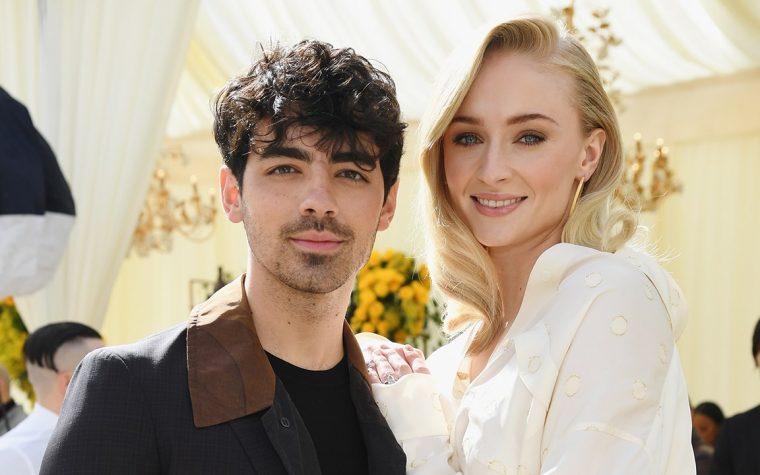 Game of Thrones: Joe Jonas si veste come Sansa Stark per la première dell'ottava stagione!
