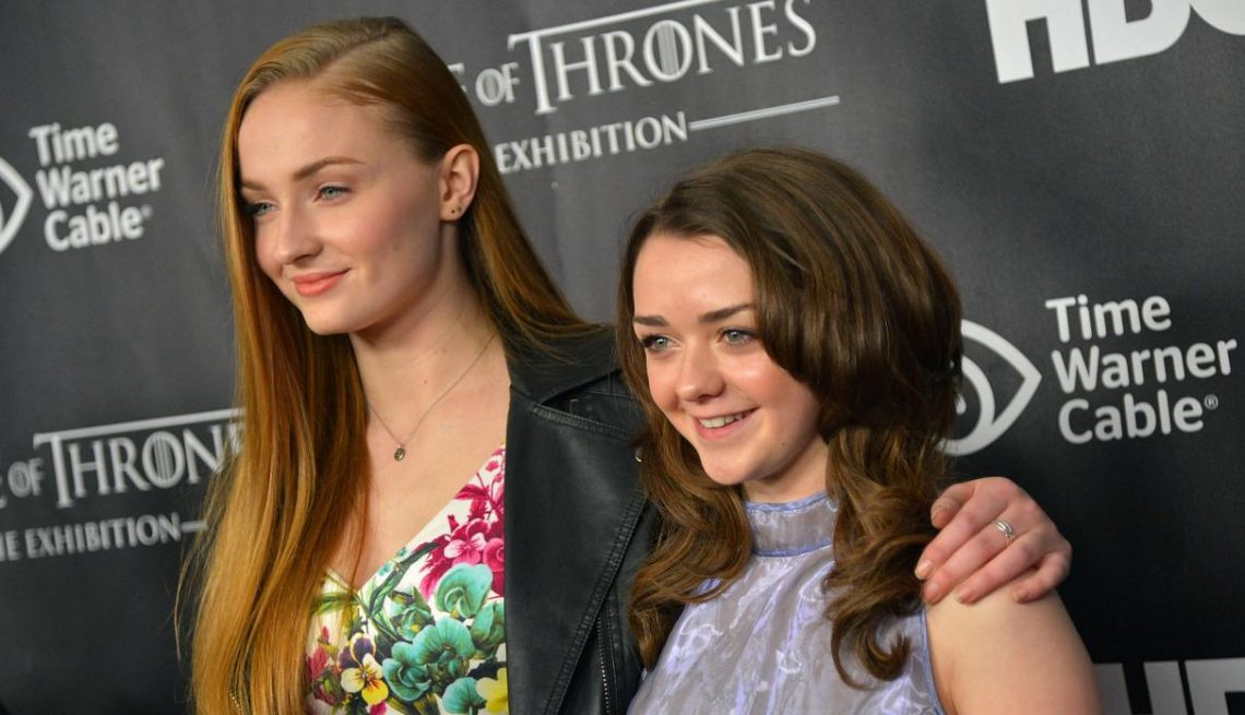 sophie turner maisie williams baci